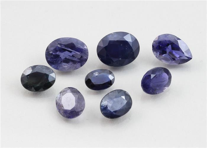 Acht blaue Saphire, zus. 14,05 ct.