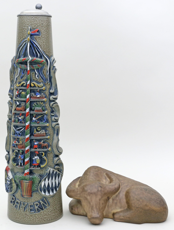 Skulptur eines liegenden Wasserbüffels.